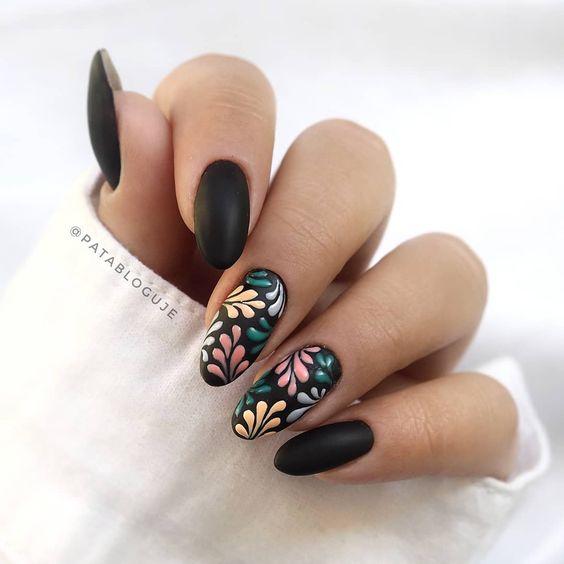 Modele unghii cu gel negre imprimeu