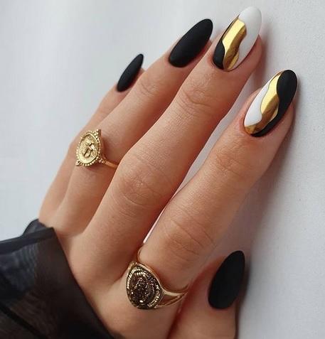 Unghii cu gel negre cu auriu
